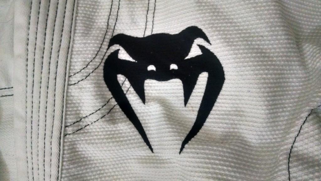 Bordado no peito esquerdo com a logo da Venum