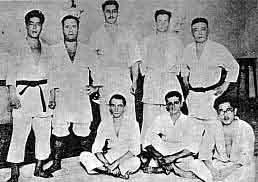 Conde Koma (primeiro em pé à direita) e seus primeiros alunos no Brasil