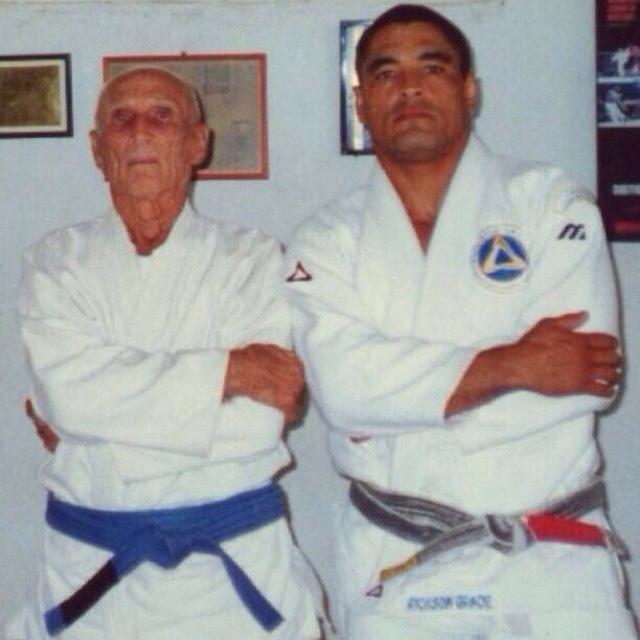 Hélio Gracie passou a usar uma faixa azul como protesto contra a banalização da faixa preta